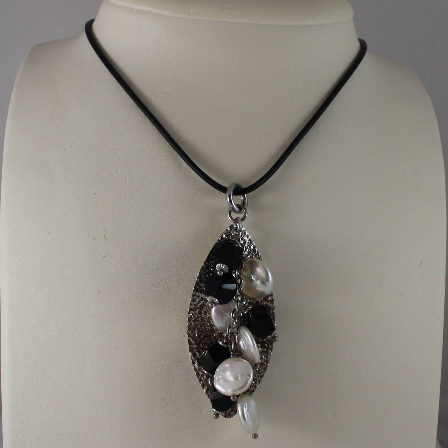 .925 SILVER RHODIUM NECKLACE WITH LEAF HAMMERED PENDANT WITH ONYX AND PEARLS