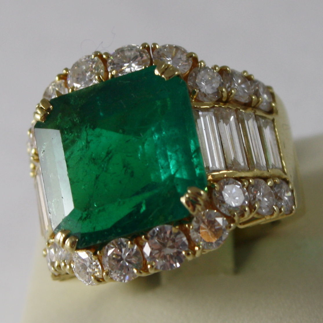 SOLID 18K YELLOW GOLD RING, DIAMONDS AND COLOMBIAN EMERALD, TOTAL CARATS 12.61