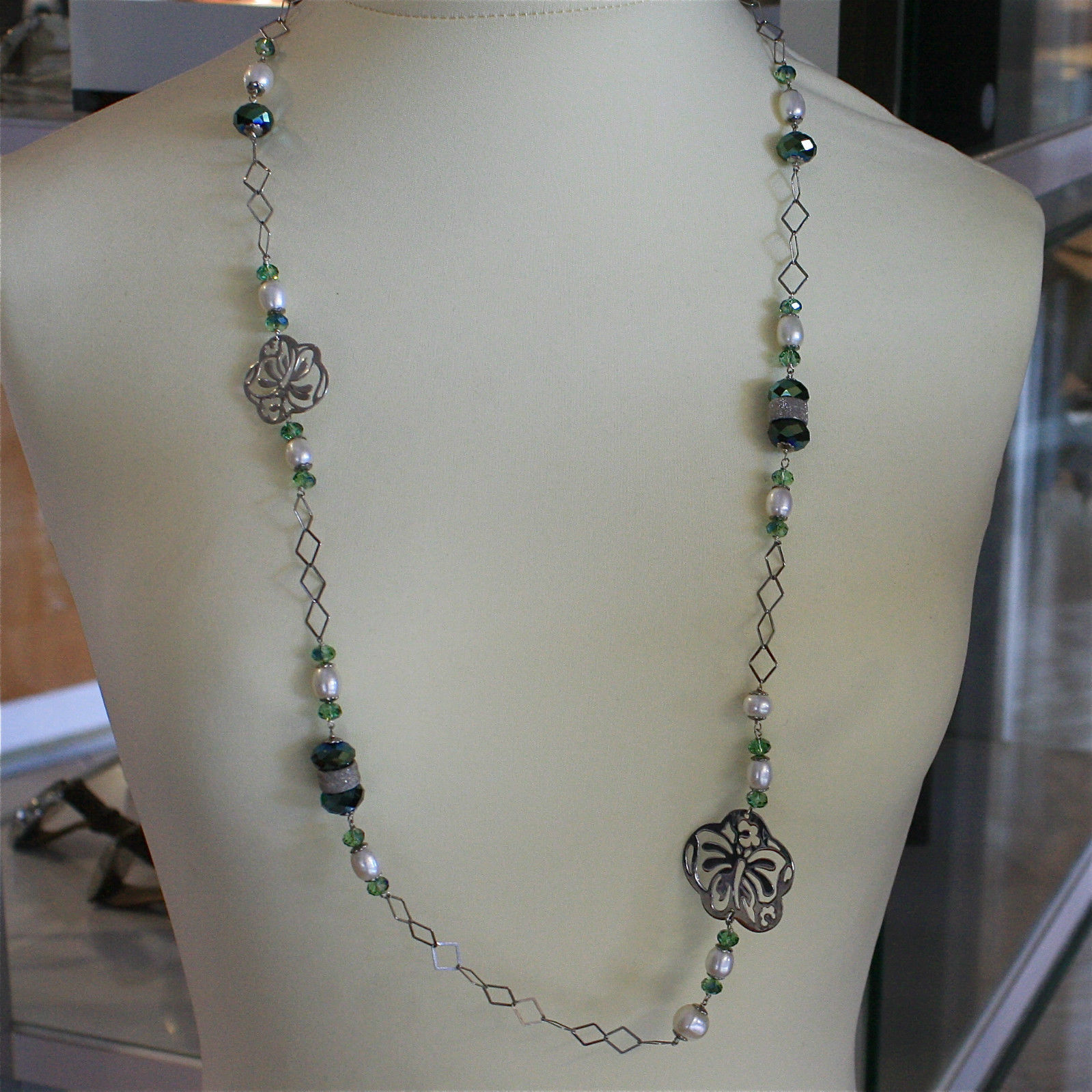 .925 RHODIUM SILVER NECKLACE, GREEN CRYSTALS AND OVAL PEARLS, SQUARED MESH.
