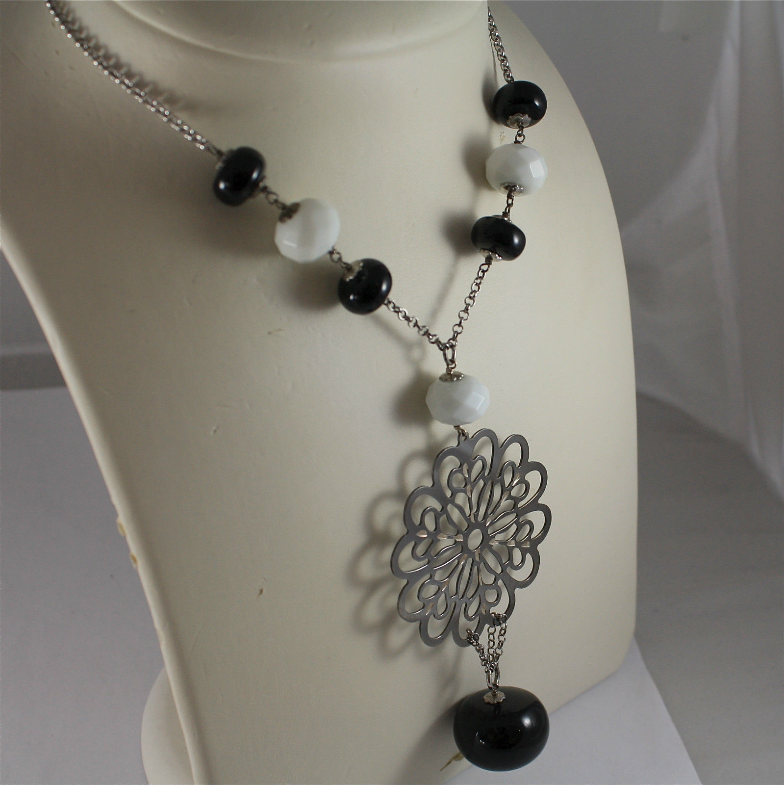 .925 RHODIUM SILVER NECKLACE, WHITE FACETED AGATE, BLACK ONYX, CENTRAL FLOWER..