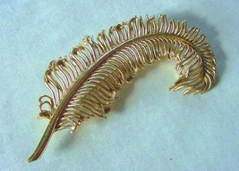 Gorgeous Vintage Coro Leaf Fern Frond Pin Brooch Lustrous Gold Metal Goldtone - $22.50
