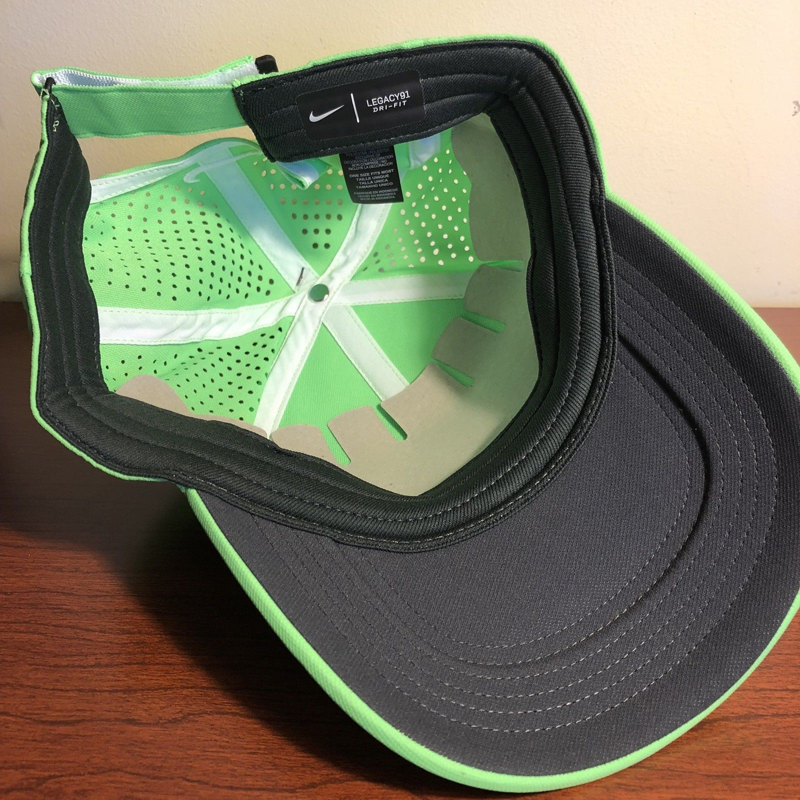 63cc411bca0c7 NWT- Nike AeroBill Perforated Lime Green White Swoosh Adjustable Golf Hat  Cap