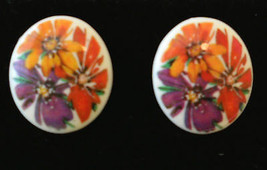 Avon Pierced EARRINGS BOLD FLORAL PATTERN PLASTIC Button RETRO Style VTG - $19.76