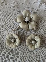 Sarah Coventry Designer Signed Enamel Flower Brooch Clip On Earrings Set - $18.42