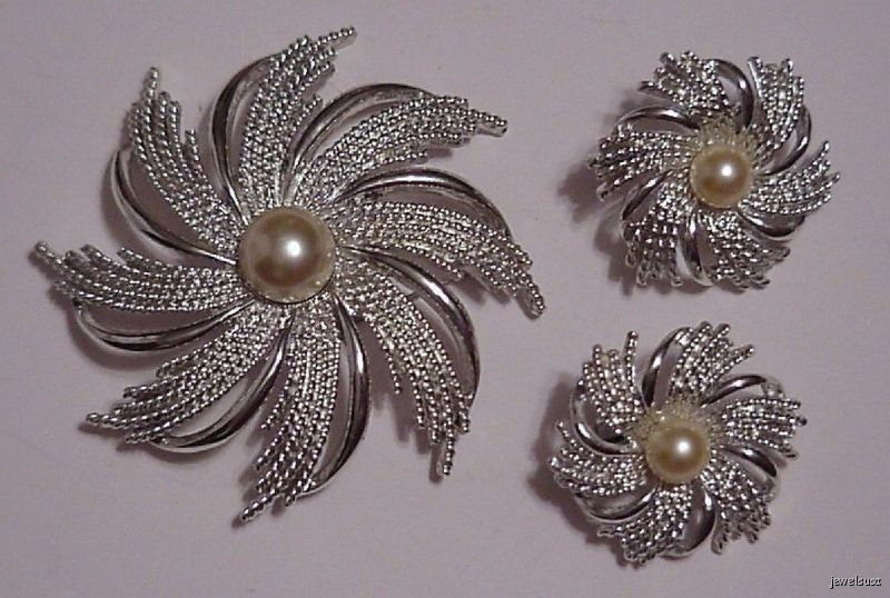 This is a beautiful SARAH COVINGTON Demi-Parure set, consisting of a Brooch and