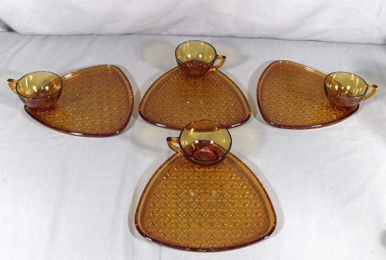 Indiana Daisy Button Amber Gold 4 Place Snack Tray Set
