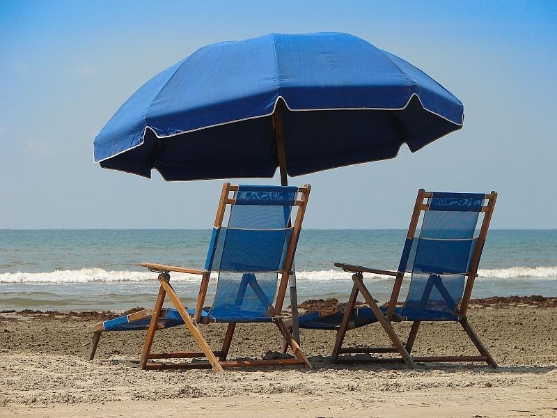 Blue beach umbrella 1  800x600
