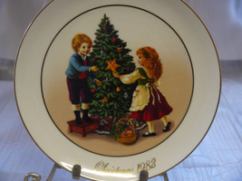 "Avon Christmas Memories ""Keeping The Christmas Tradition"" Plate 1982 W/Box - $14.84"