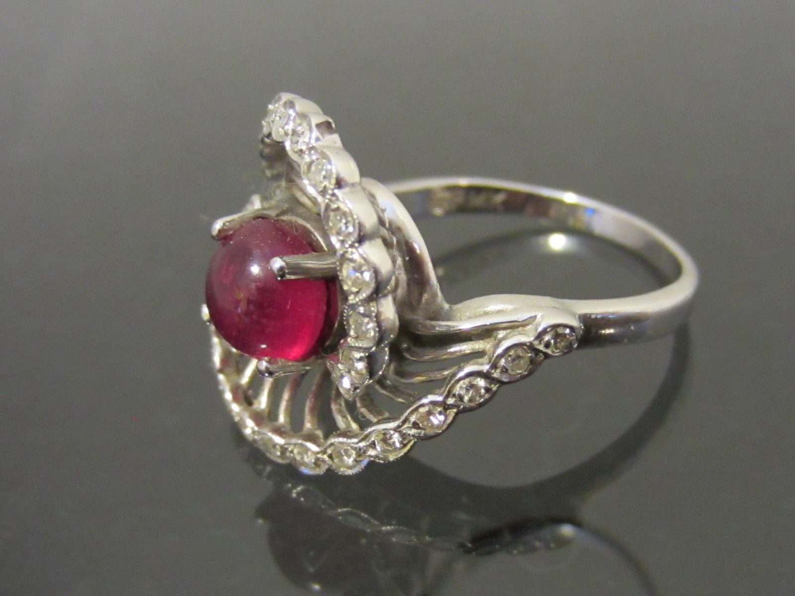 Vintage 1940s 14K Solid White Gold 1.73ct Genuine Ruby Cabochon & Diamond Swirly