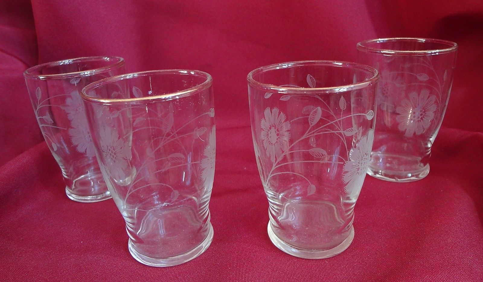 Set of 4 Glasses with Daisy Pattern Tableware