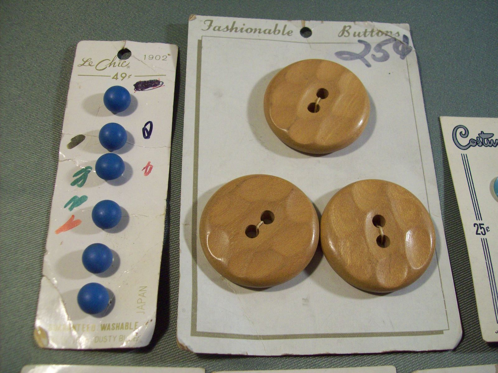VINTAGE COSTUMAKERS LE CHIC & FASHIONABLE PLASTIC & WOOD BUTTONS ON CARDS
