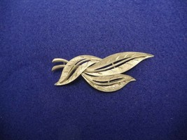 J.J. SIGNED SILVER TONED BROOCH PIN 3 LEAVES LEAF FEATHER FLORAL VINTAGE - $11.39