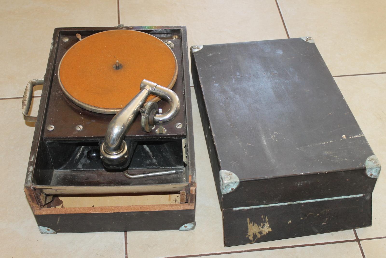 Oak Victor Portable VV-50 Victrola : Lot 312