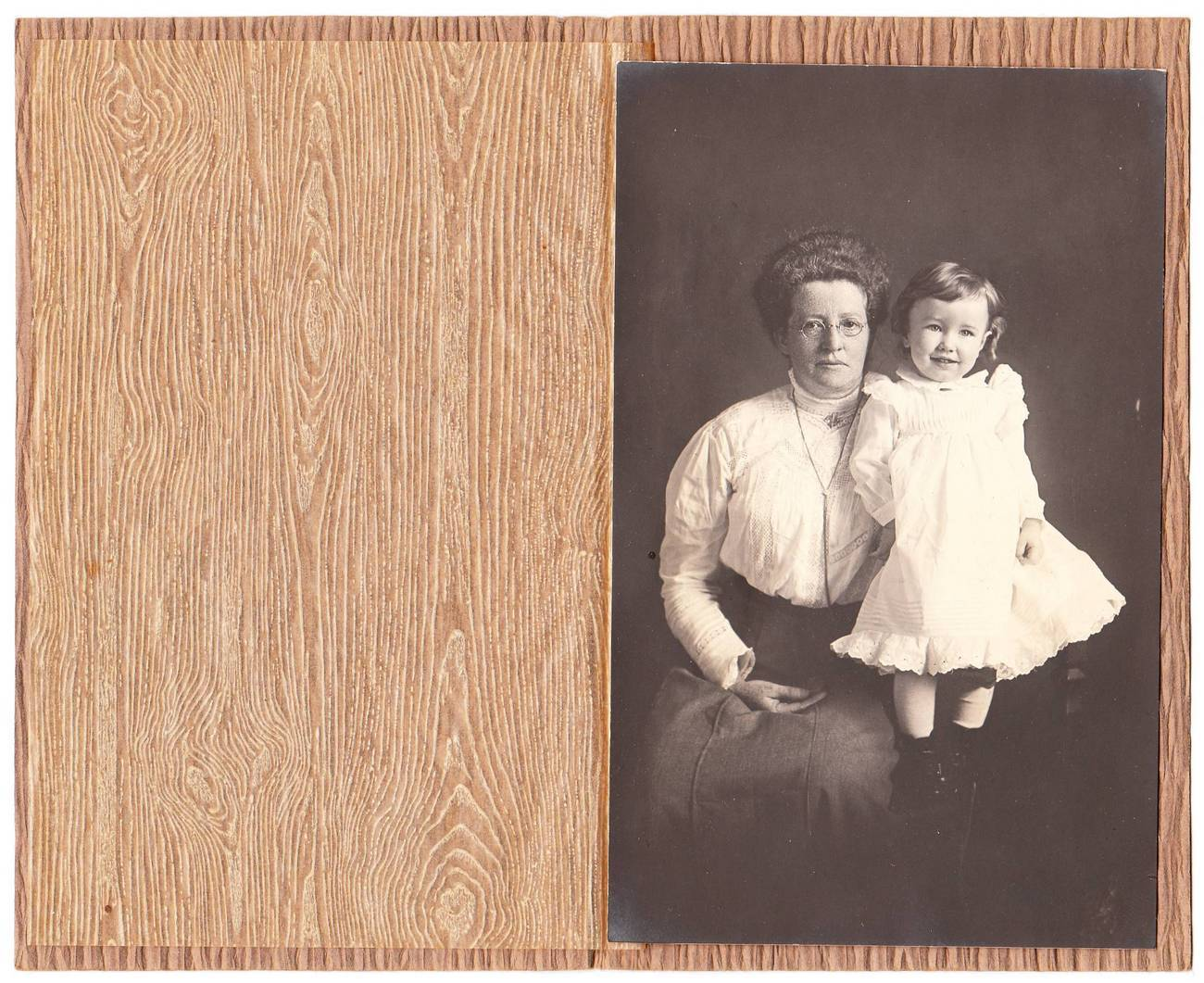 Photo woman with glasses little girl paper folder