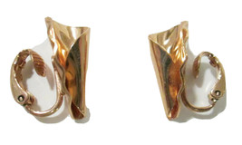 Vtg Avon 1982 GOLDTONE PLEATED HORN Clip On Earrings w Box Gold Tone Metal - $4.50