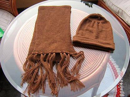 Brown shawl and hat made of alpacawool