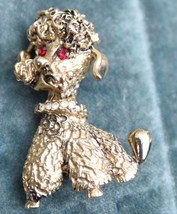 "SMALL 1"" VINTAGE GOLD TONE POODLE DOG PIN RED RHINESTONE EYES 1960's MID... - $19.99"