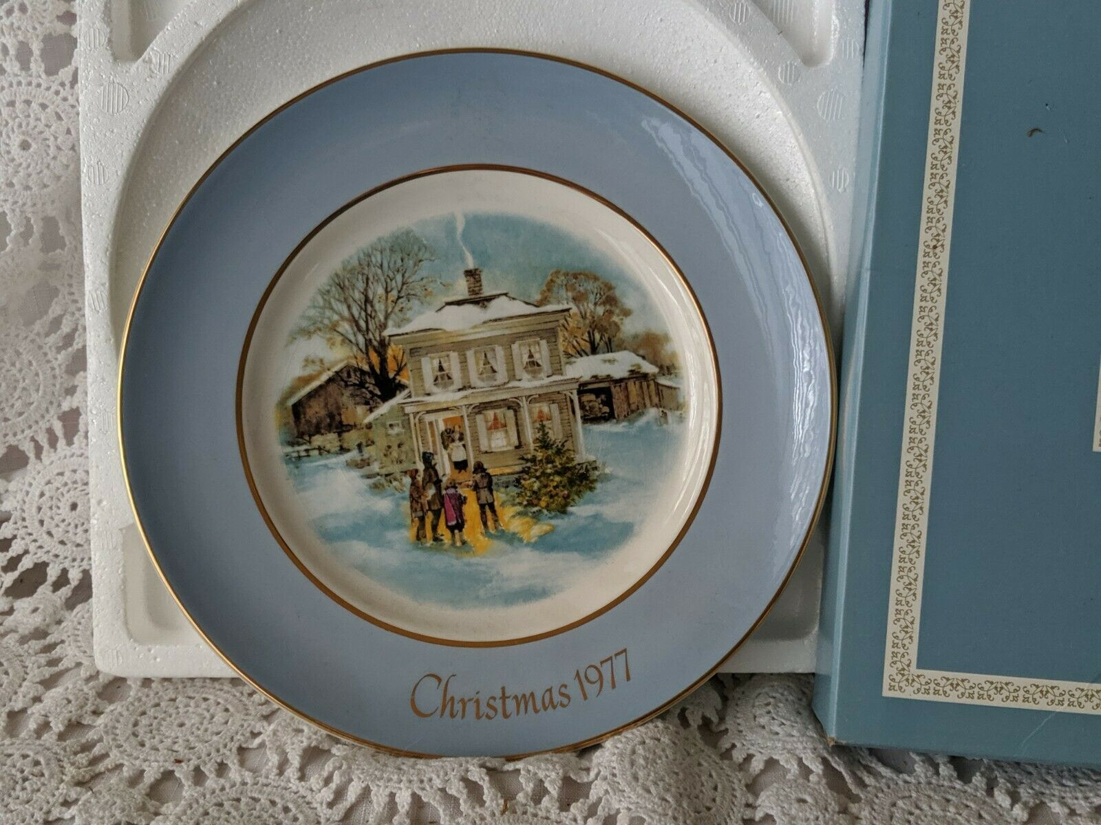 Avon Christmas Collector Plate 1977 Carollers In The Snow image 2