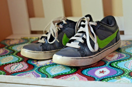 Nike Youth Black green athletic Shoes 4 tennis shoes sneakers casual sport - $9.89