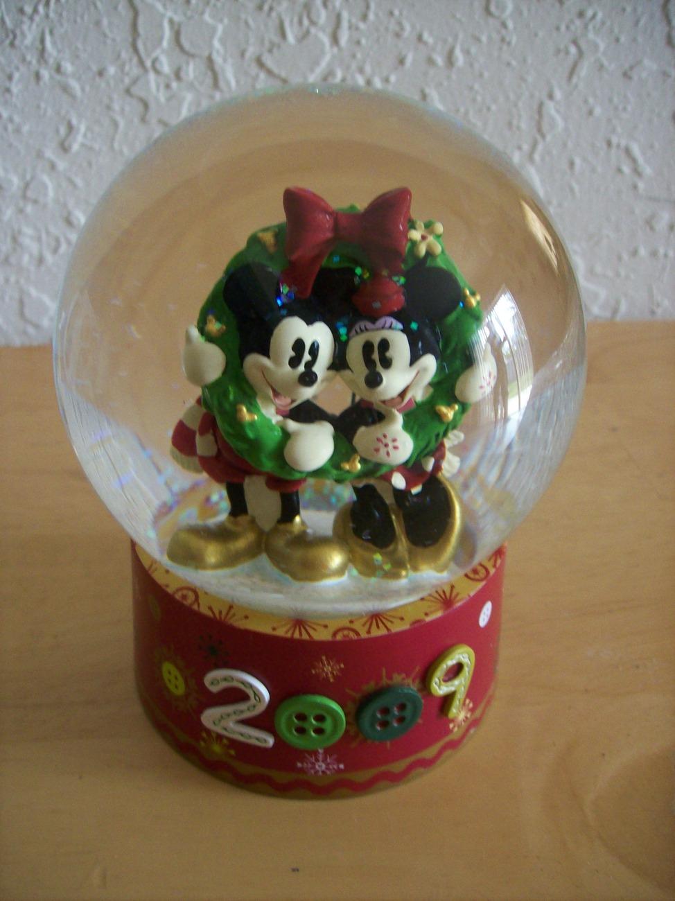 Disney 2009 Mickey & Minnie Christmas Snow globe
