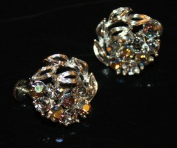 VTG 50s LISNER AB Rhinestone Cluster/Silvertone Leaves Round Screw Back Earrings - $16.18