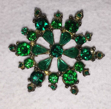 Brooch Pin Emerald Green Rhinestones Round Snowflake Gold Tone Metal Vintage - $18.76