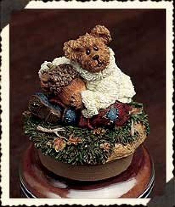 "Primary image for Boyds Candle Topper ""Oakley..Hug a Nut"" Fits small yankee candle~#651257-1- NIB"