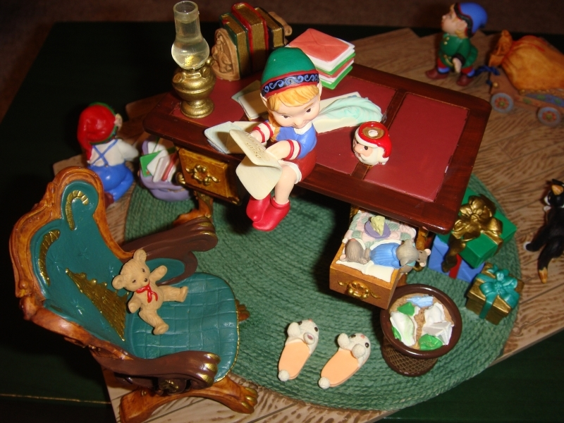 Hallmark Santa's Desk 2001 Limited Edition Studio Display image 4