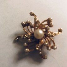 Vintage GoldTone Floral Pin with Faux Pearl Center J0533 - $8.54