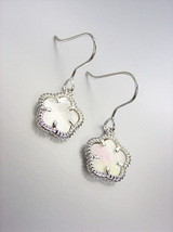 ELEGANT 18kt White Gold Plated Mother Pearl Shell CLOVER Petit Dangle Ea... - $16.99