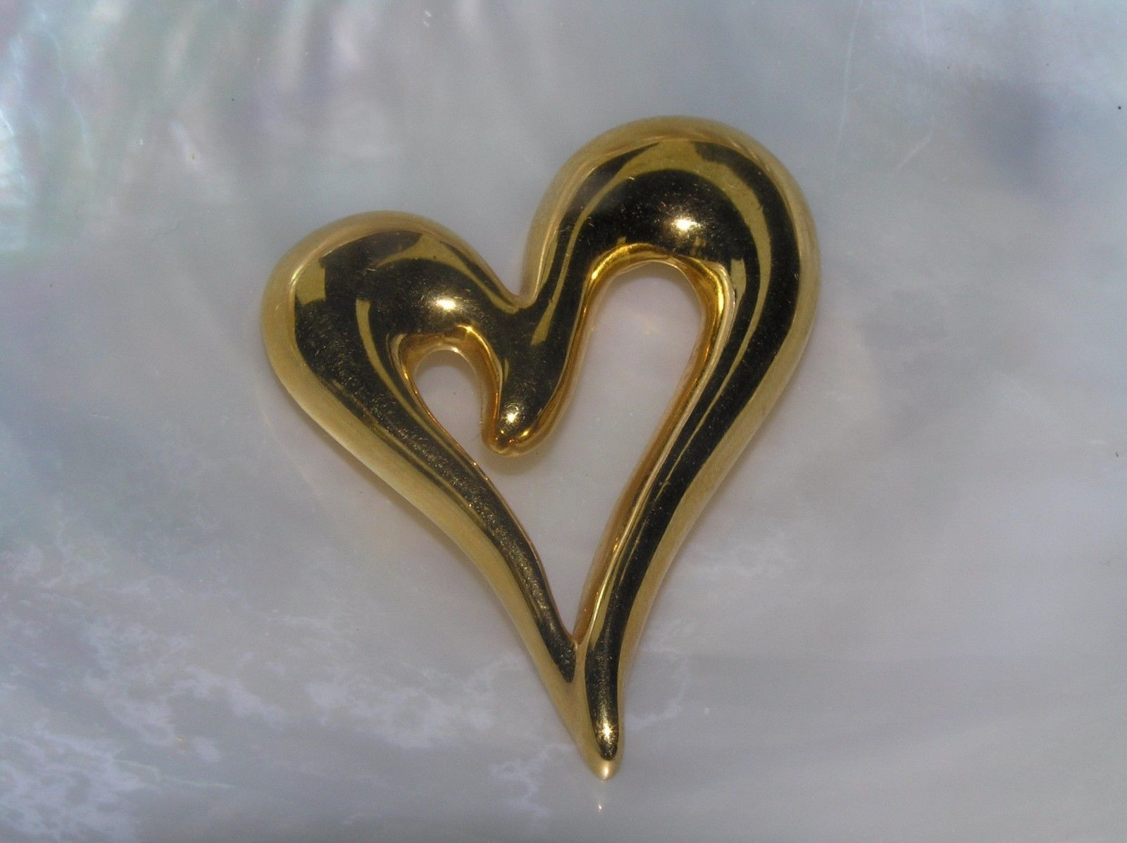 Estate Monet Signed Goldtone Open Slanted Swirly Valentine Heart Pin Brooch –  image 2