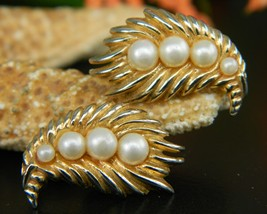 Vintage Crown Trifari Faux Pearl Earrings Goldtone Feather Leaf Clips - $18.95