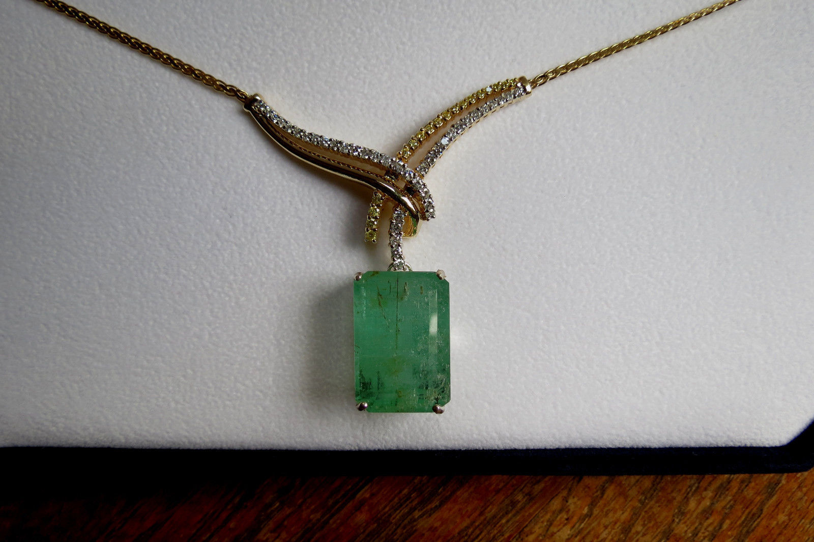 New Estate 24.72 Ct  Natural Colombian Emerald 14k gold  drop pendant necklace