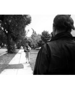 HALLOWEEN JAMIE LEE CURTIS LOOKS AT MICHAEL MYERS ON HER STREET 8X10 PHOTO - $9.75