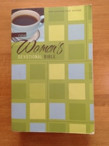 NEW WOMEN'S DEVOTIONAL BIBLE NEW INTERNATIONAL ... - $10.00
