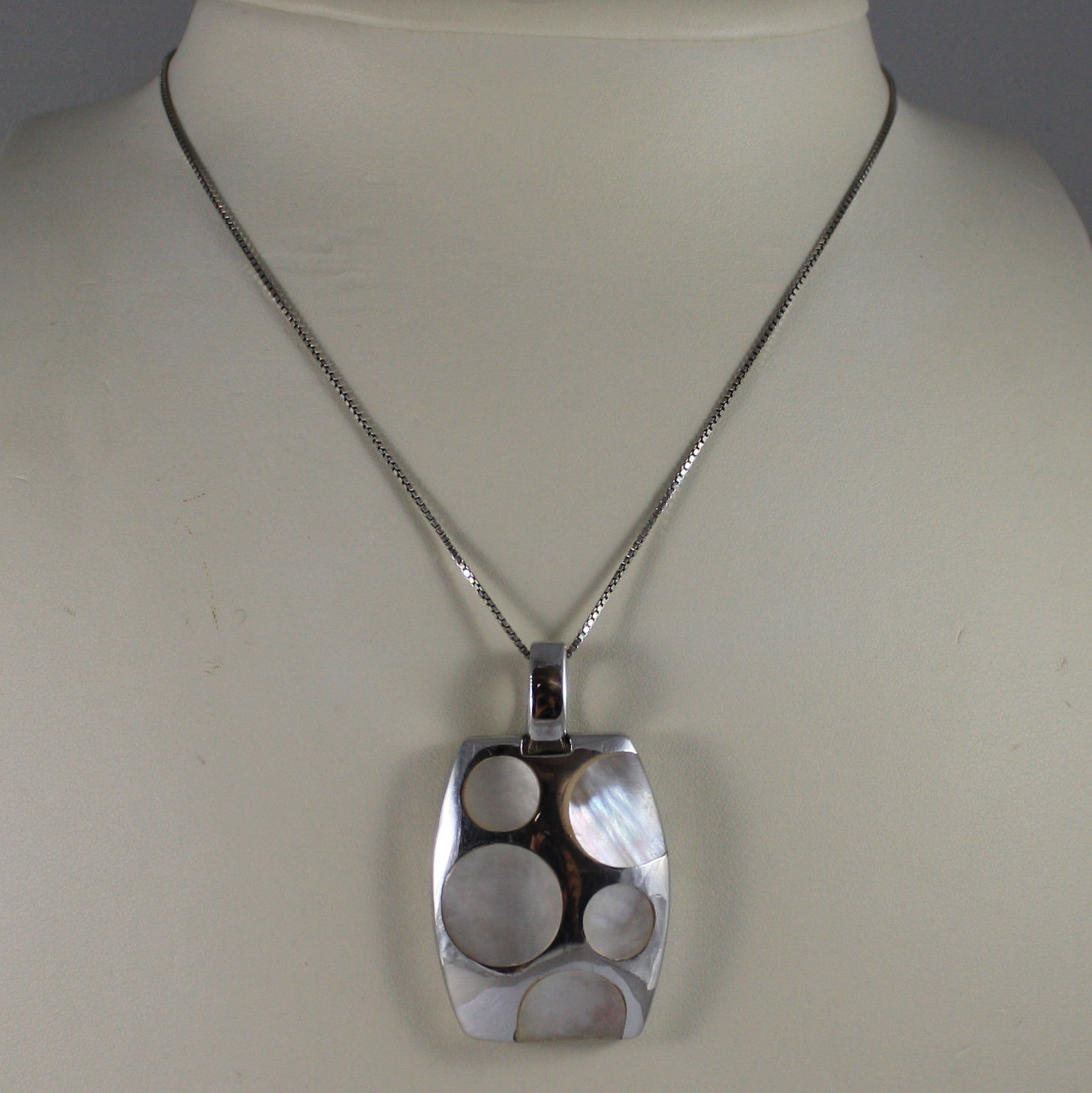 .925 SILVER RHODIUM NECKLACE WITH RECTANGULAR PENDANT WITH MOTHER OF PEARL DISC