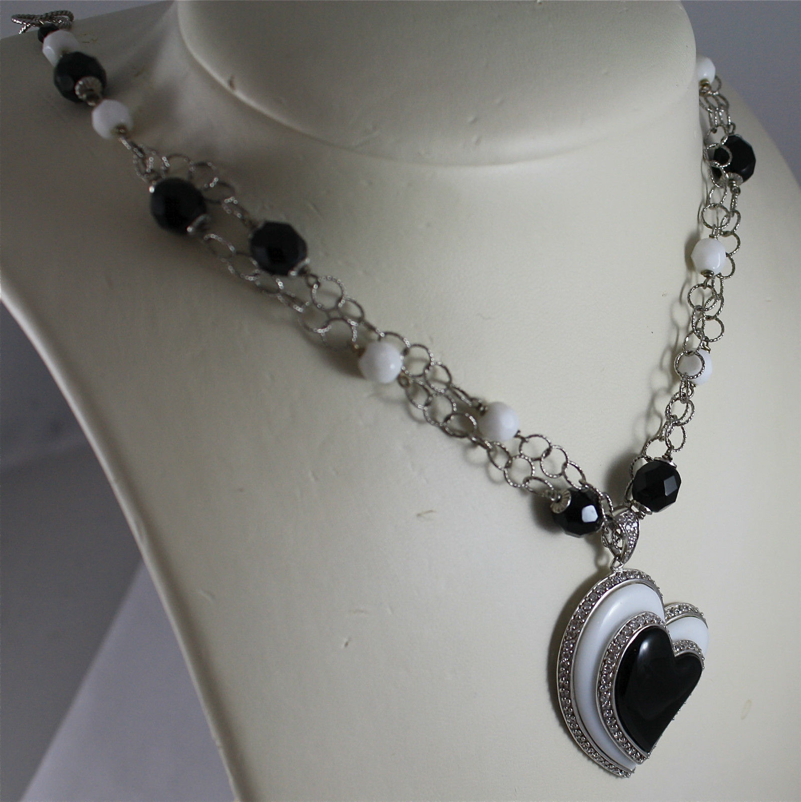 .925 RHODIUM SILVER NECKLACE, WHITE AGATE AND BLACK ONYX, CENTRAL HEART PENDANT.
