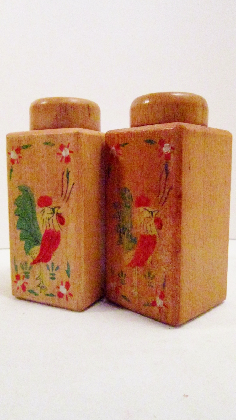 Tall_wooden_salt_and_pepper_shakers_rooster_01