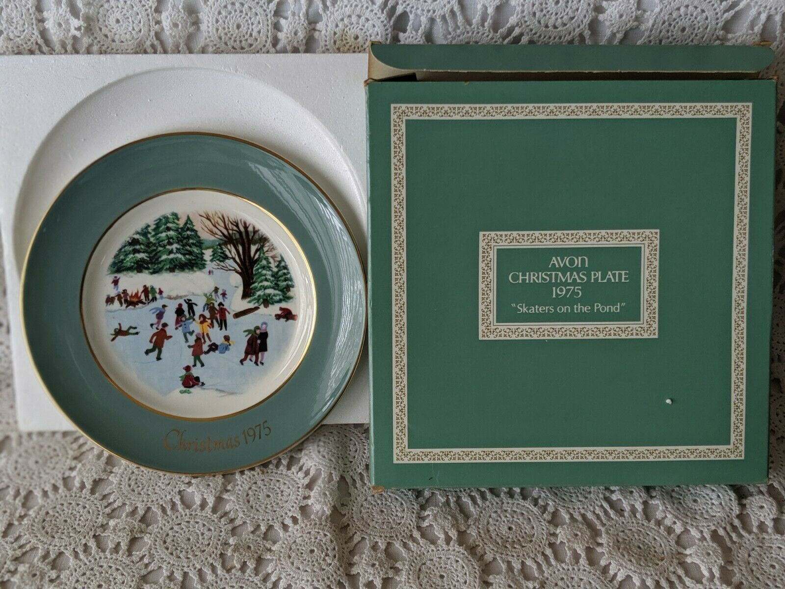 Avon Christmas Collector Plate 1975 Skaters On The Pond