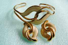 Set of 2 Cuf Bracelet & Earrings gold tone metal cream ivory color enamel Retro - $31.20