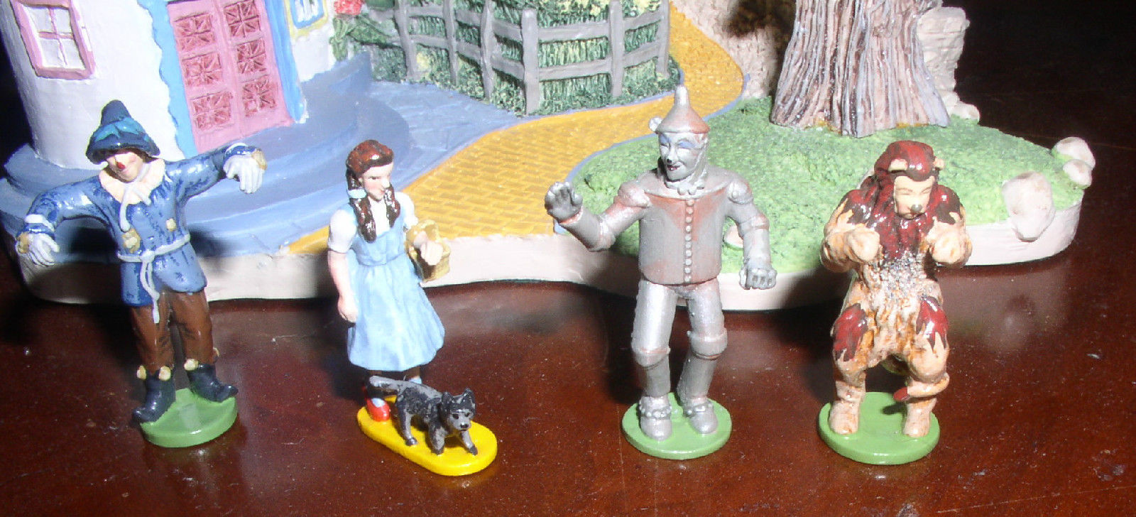 Wizard of Oz  Dorothy & Toto Lion Tin Man Scarecro Miniature set of 4 w/ Display