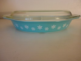 Vintage 1.5 qt Snowflake turquoise white pyrex divided dish with lid  - $24.74