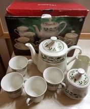 Home for the Holidays Holly Holiday Tea Set Tea Pot, 4 Cups Mugs, Creame... - $340,87 MXN