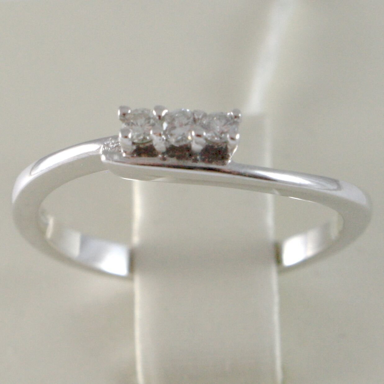 BAGUE EN OR BLANC 750 18K, TRILOGY, 3 DIAMANTS CARAT EN TOUT 0.08, AVEC LA VAGUE