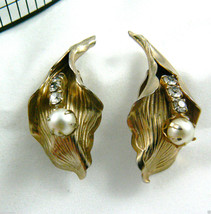 Vintage Gold Tone Pearl Faux Clear Rhinestones Leaf Floral Clip On Earrings - $31.64