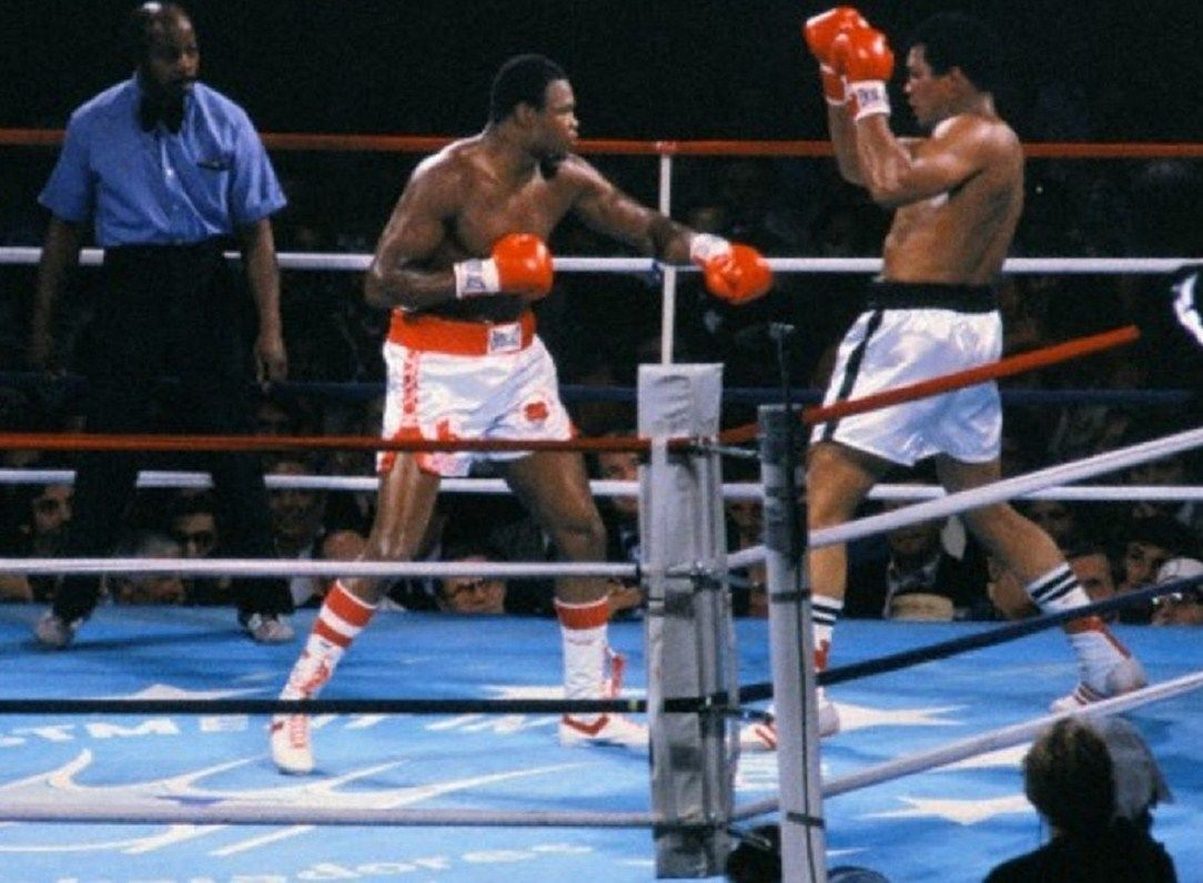 LARRY HOLMES VS MUHAMMAD ALI 8X10 PHOTO BOXING PICTURE