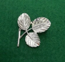 SIGNED SARAH COVENTRY SILVER TONED BROOCH PIN 3 LEAVES RETRO VINTAGE PET... - $9.49
