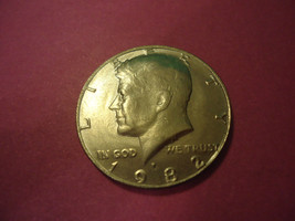 1982-P KENNEDY HALF DOLLAR    **L@@K**        COMBINED SHIPPING - $3.71