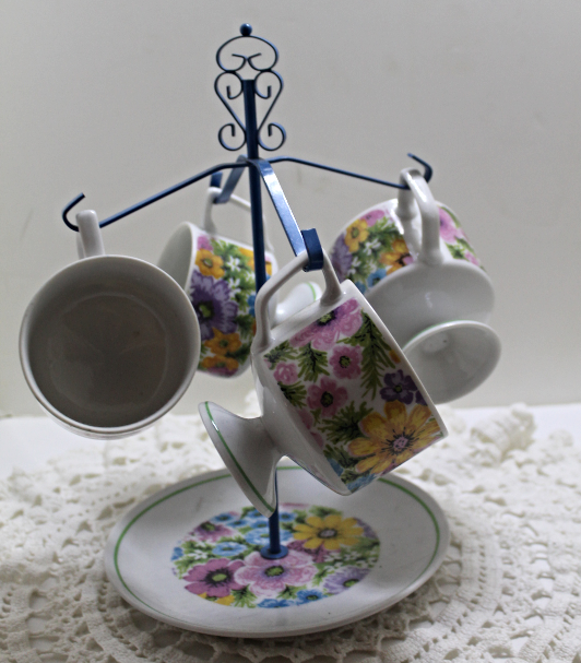 Vintage Retro Metal Mug Tree with Four Matching Floral Cups Mugs