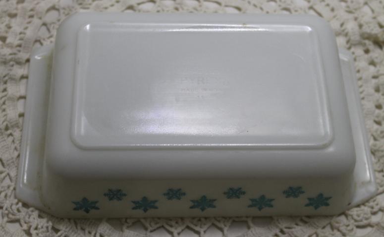 Vintage 2 Qt. PYREX Rectangular Casserole Dish in SNOWFLAKE